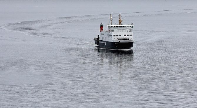 Здравни експерти проверяват акостирал в Италия кораб с мигранти