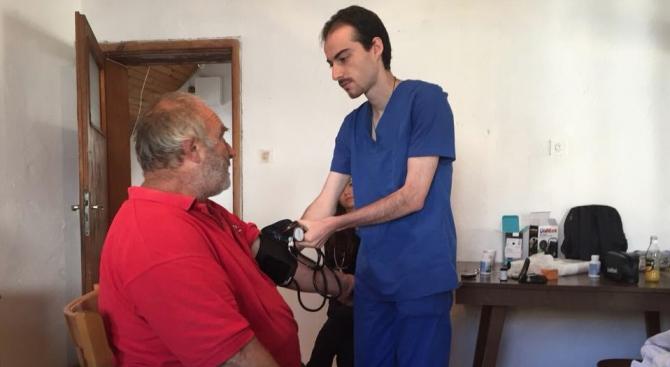 Лекари-стажанти извършиха безплатни профилактични прегледи на хората от селата в община Банско