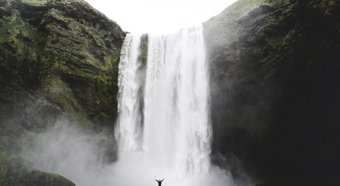 Турист се спусна по 30-метров водопад с каяк (видео)