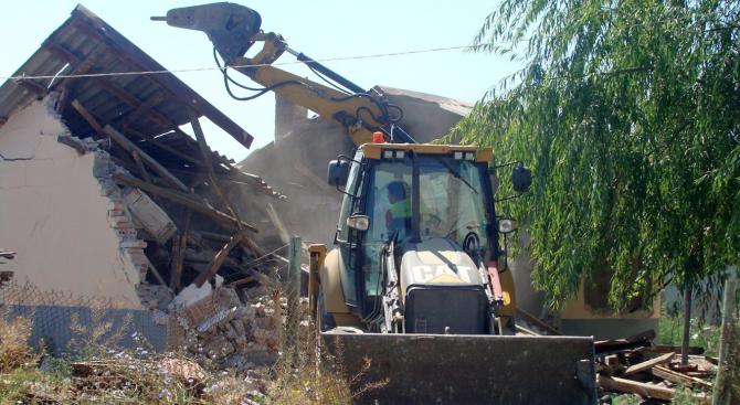 Разрушават незаконни къщи в Атина