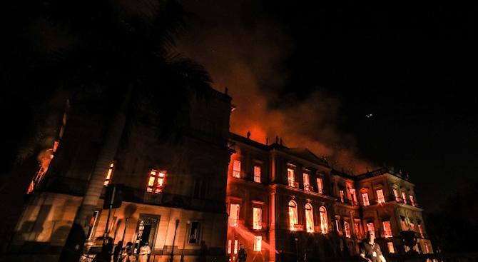Сградата на изгорелия Национален музей на Бразилия може да рухне (видео)