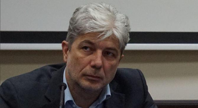 Министър Димов представя апарат за измерване на миризми