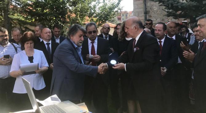 """Вежди Рашидов бе посрещнат с ръкопляскания в църквата """"Св. Георги"""" в Одрин"""