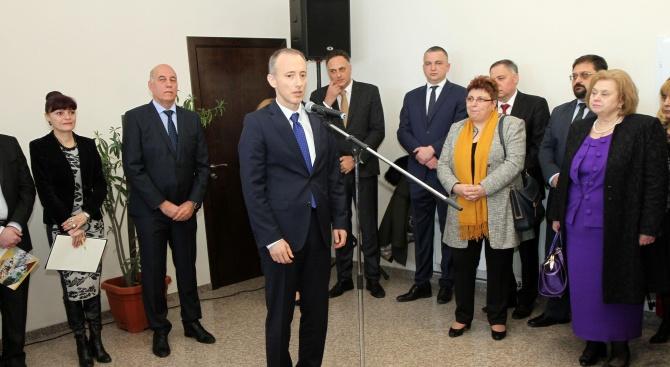 Министър Вълчев: Над 150 училища ще открият новата учебна година с изцяло обновена материална база