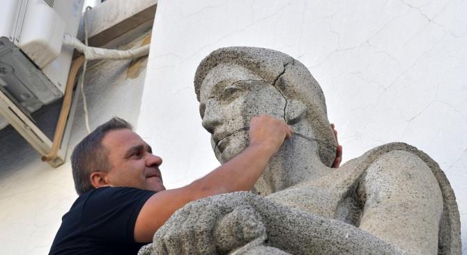 Пожарникари връзваха напуканите статуи на Столична библиотека (снимки)