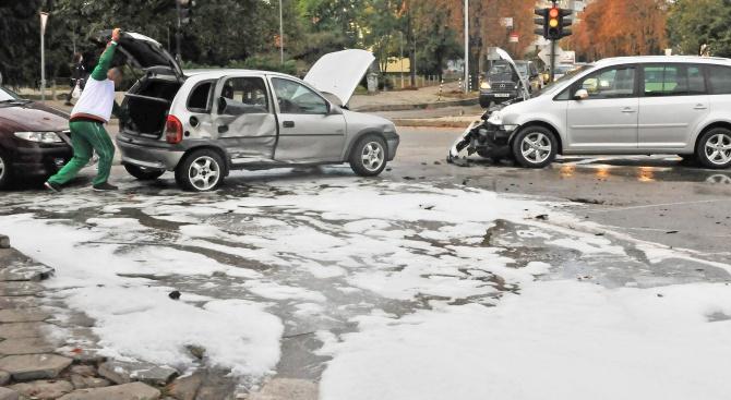 Майка и дете пострадаха при катастрофа на кръстовище в Силистра (снимки)