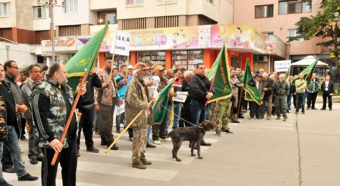 Двеста протестиращи ловци поискаха оставката на министър Порожанов (снимки)