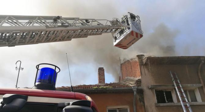 Мъж загина, опитвайки се да се спаси от пожар в Бургас (обновена)