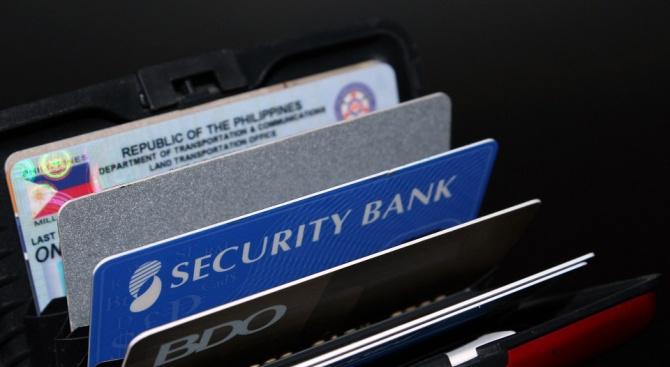 Съдят жена, изтеглила пари от дебитната карта на приятелката си