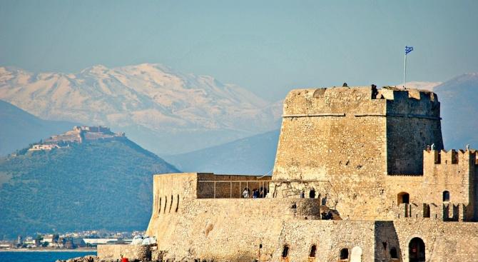 Силният вятър спря фериботите в Гърция, сняг покри Олимп