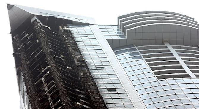 Пожар избухна в новостроящ се небостъргач в Кувейт (видео)