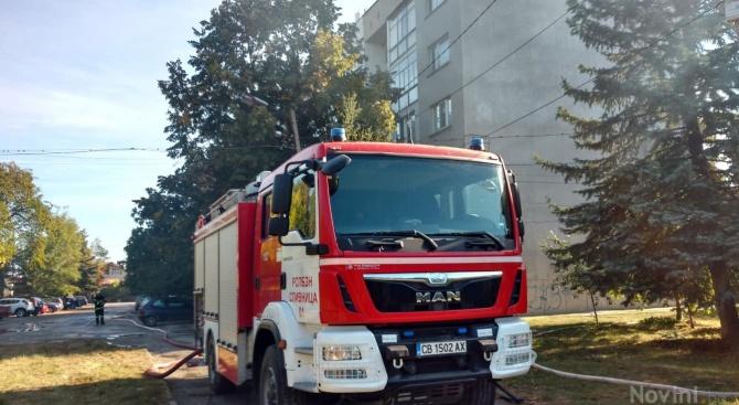 Голям пожар гори в жилищен блок в Божурище