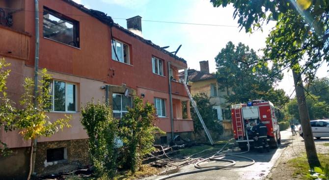 Огънят в Божурище още не е изцяло потушен, мъж изчезна след пожара