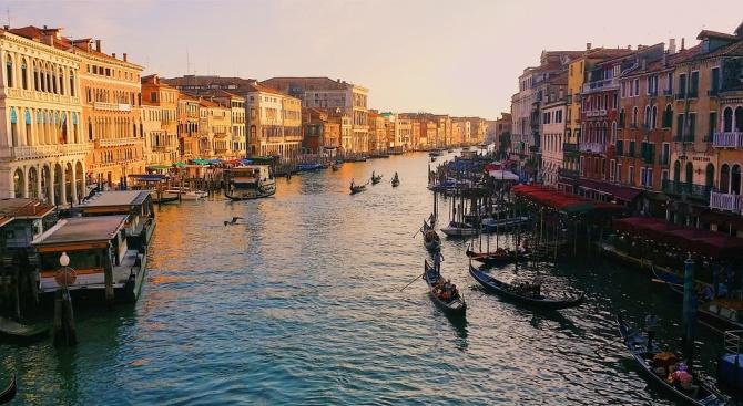 """Властите във Венеция въвеждат """"сух режим"""" за туристите"""