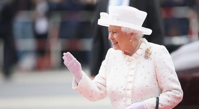 Кралица Елизабет II маха с изкуствена ръка