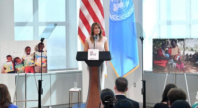 """Мелания Тръмп посети """"замък за роби"""" в Гана"""