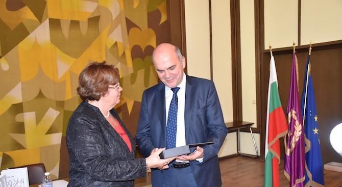 Кметът на Ловеч връчи голямата награда за социално предприемачество на Бисер Петков