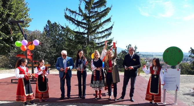 Ученици от с. Енина спечелиха детска площадка за своето училище от EVN (снимки)