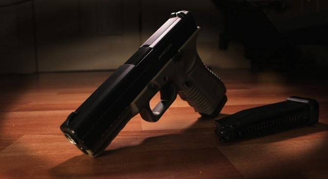 Спипаха незаконни пистолет и боеприпаси в търговски обект