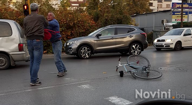 Шофьор и велосипедист се сбиха рано сутринта в София (снимки)