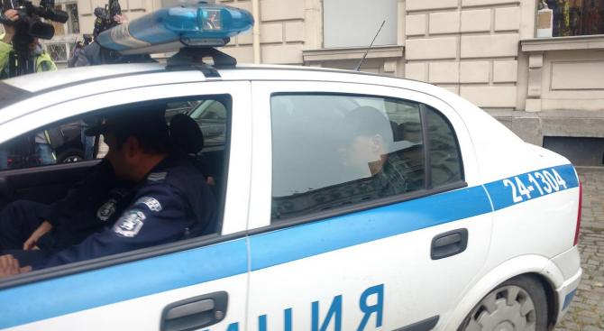 Изведоха мъж с белезници от сградата на ДАБЧ (снимки+видео)