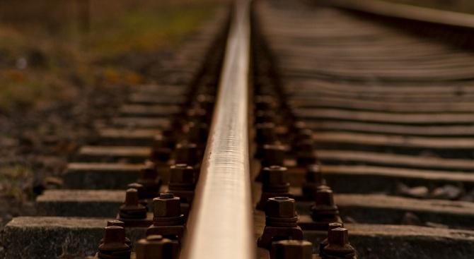 Хората продължават да минават през релсите, където влак блъсна дете