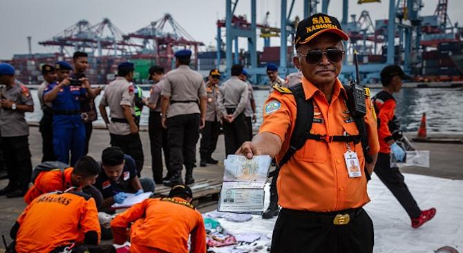 Откриха многобройни човешки останки след самолетната катастрофа в Индонезия