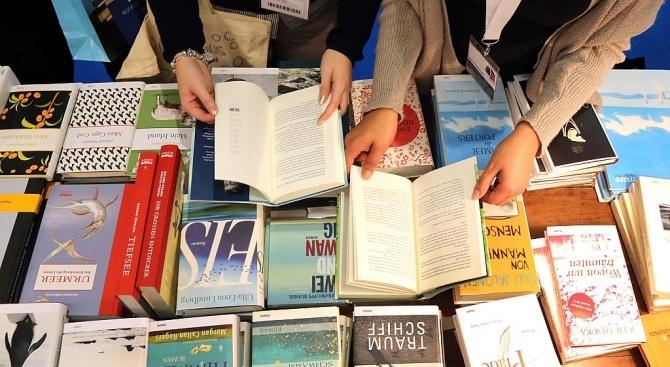 Ученици дариха детски книги на библиотеката в Разград