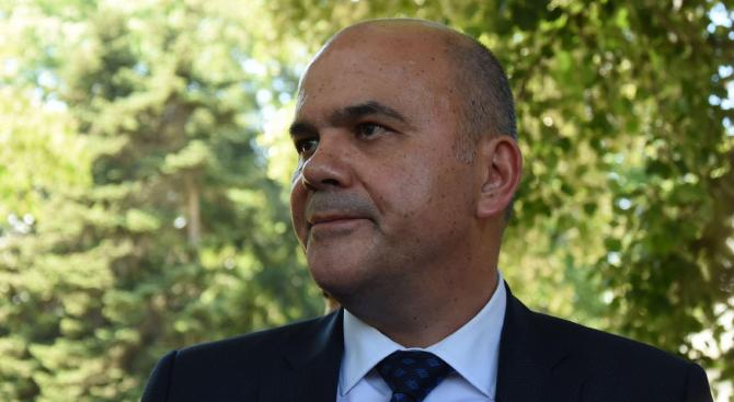 Бисер Петков представя пред депутати проекта на Закона за социалните услуги