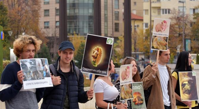 Вегани отбелязаха Деня на веганизма пред НДК (снимки)