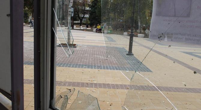 Вандали трошиха информационни табла в центъра на Ловеч (снимки)