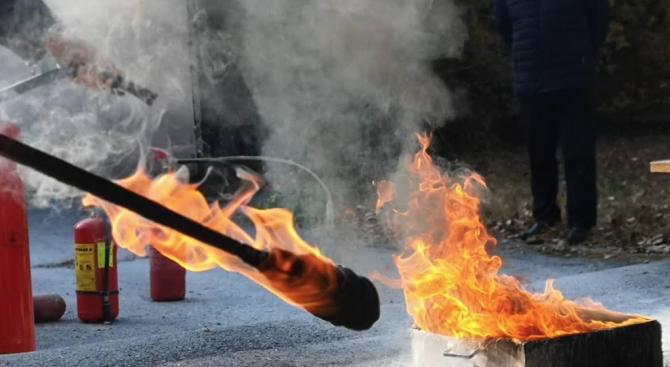 Обучение във ВМА: Шофьори тренираха гасене на пожар в линейка (галерия)