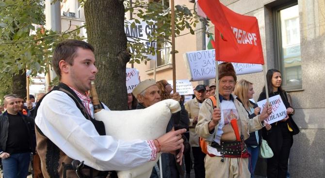 Чепеларци протестират с родопска гайда пред ВСС (снимки)