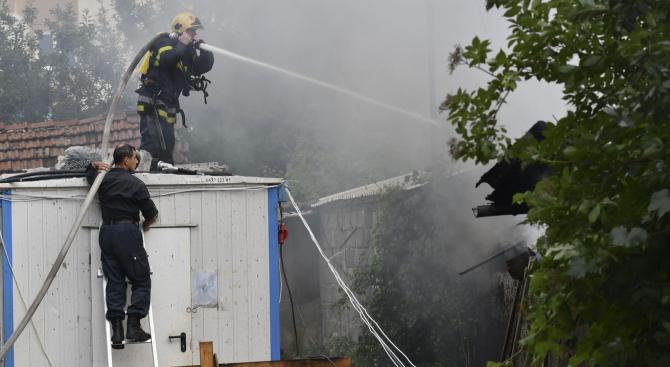 Полицейски служители разследват пожар в село Патреш