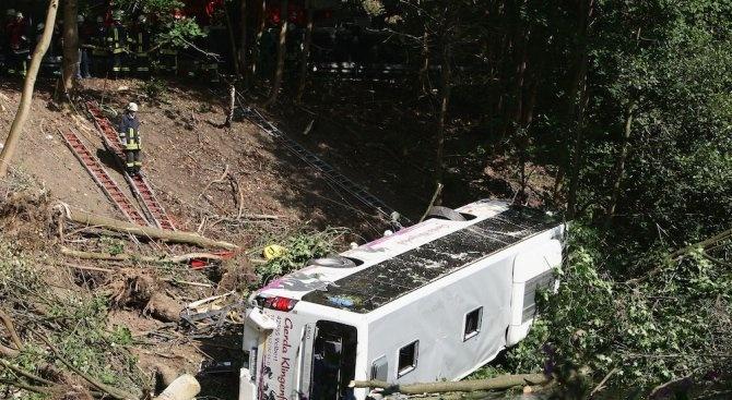 Автобусна катастрофа в Южна Индия: Най-малко 25 души загинаха