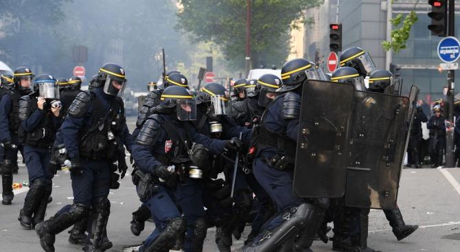 Сълзотворен газ и водни оръдия срещу протестиращи в Париж