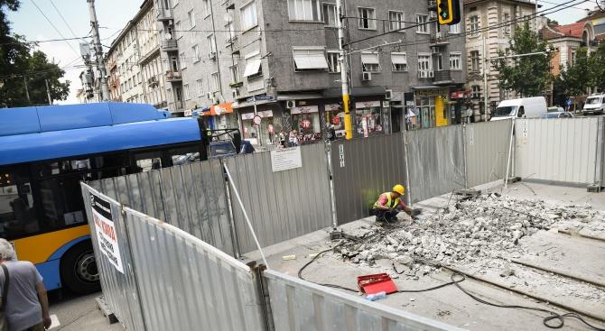 """Премахват загражденията, поставени за ремонтните дейности по столичната улица """"Граф Игнатиев"""" (снимки)"""