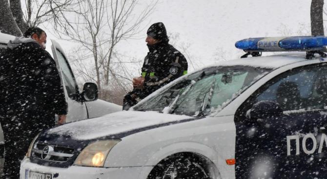 25 см достигна снежната покривка в Русенско, виелицата остави без ток множество села