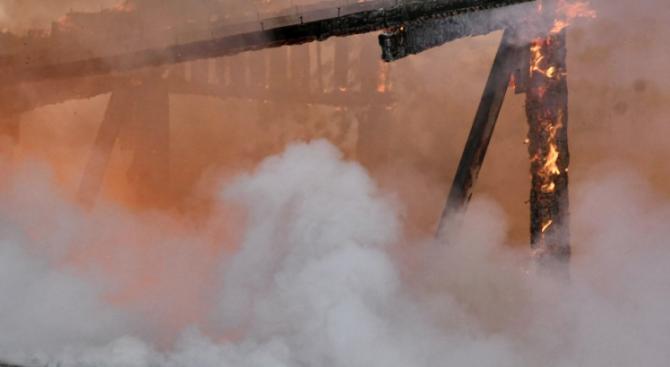 Голям пожарв складове за дрехи до Кремиковци
