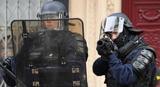 Недоволна клиентка заплаши да се взриви във френска банка (обновена)