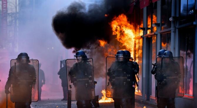 Сблъсъци между протестиращи и полицаи в центъра на Брюксел