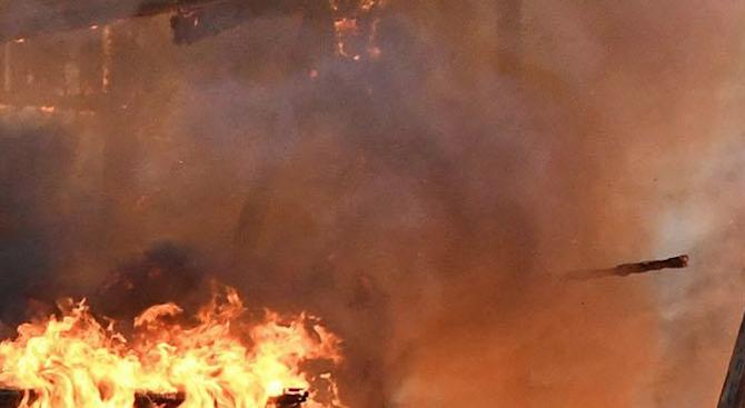 Монтьор обгоря при пожар в сервиз