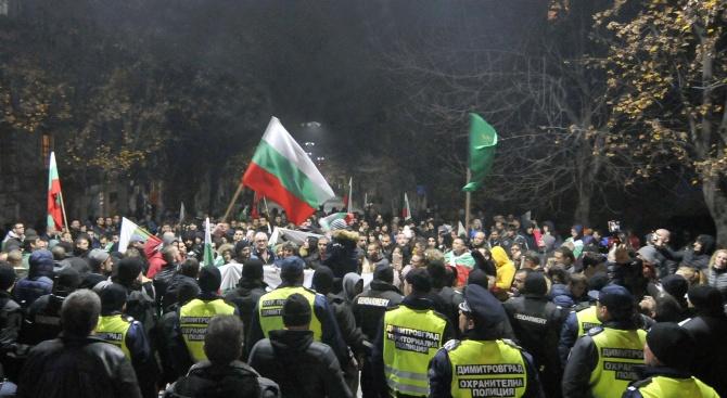 Продължават в редица градове протести срещу високите цени на горивата и ниския стандарт на живот