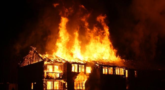 Къща изгоря при пожар в Севлиево