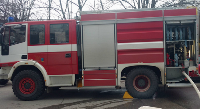 Мъж умишлено блъсна колата си и я запали
