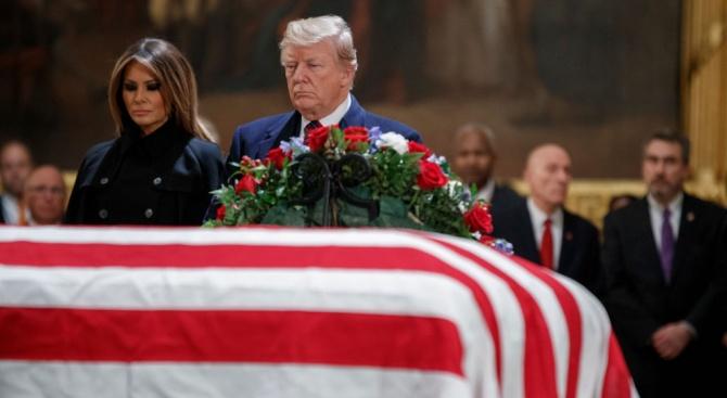 Доналд и Мелания Тръмп отдадоха почит наДжордж Буш-старши (видео+снимки)