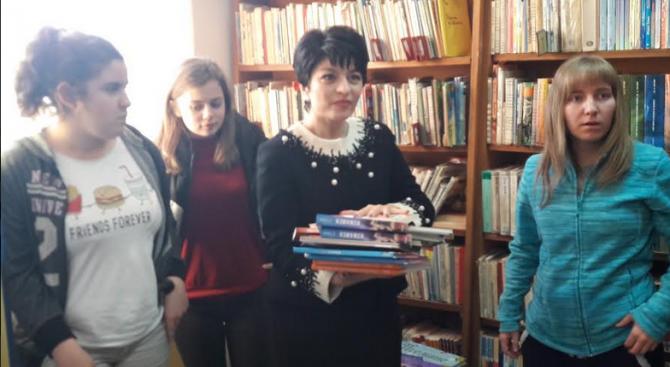 Десислава Атанасова дари книги на читалището в село Труд (снимки)