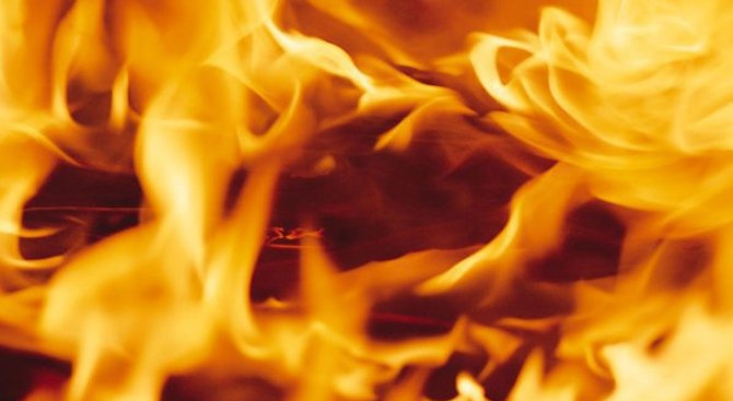 Бездомник запали изоставена постройка