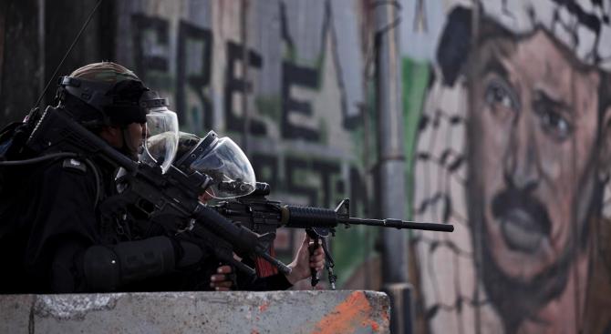 Израелски войници убиха палестинец, опитал се да ги прегази с автомобила си