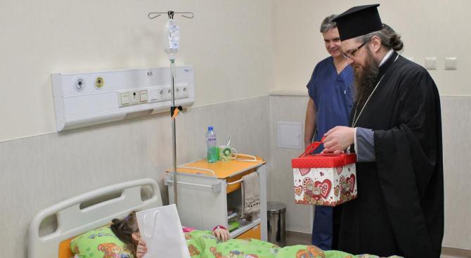 Представители на Негово Светейшество зарадваха с подаръци малките пациенти на Пирогов